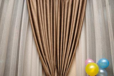 Ein Thermovorhang an der Türe schützt vor Hitze und Kälte.