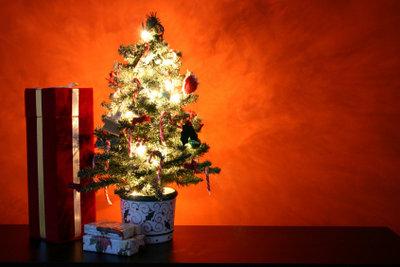 Licht an der Oberfläche lässt den künstlichen Christbaum wie echt wirken!