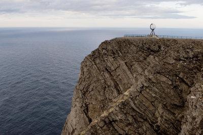 Zur Sommersonnenwende besuchen viele Touristen das Nordkap.