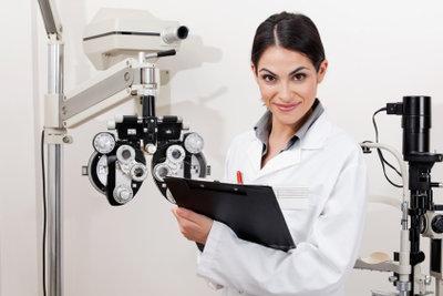Ein Augenarzt sollte die Augen regelmäßig untersuchen.