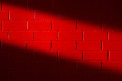 Weinrote Wandfarbe lässt den Raum warm und gemütlich wirken.