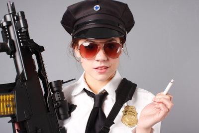 Verkleiden Sie sich im Fasching einfach mal als Polizistin.