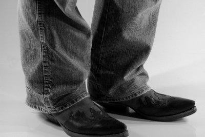 Auch Männer können Stiefel modisch tragen.