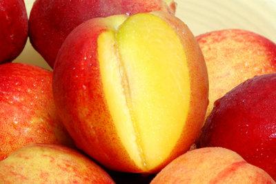 Mit seinem Vitamin C hilft Obst gegen Hitzefrieseln.