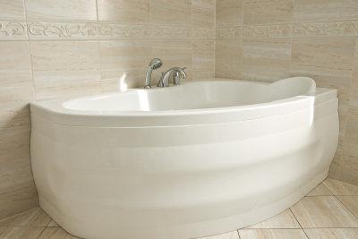 Eine Badewanne aus Kunststoff hat Vor- und Nachteile.