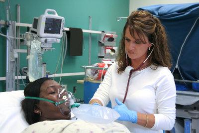 Bei Ihrer Ausbildung zur Krankenschwester durchlaufen Sie alle Abteilungen.