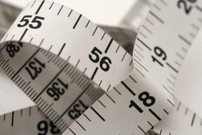 Ein Metermaß gehört zu Ihrem Werkzeug beim Nähen der Marlene-Hosen.