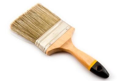 Holzöl tragen Sie am besten mit einem Pinsel auf.