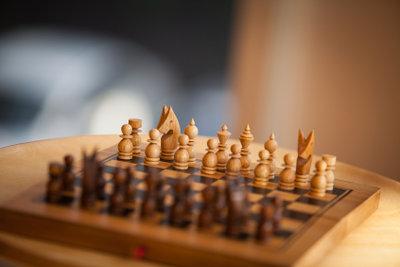 Das selbst geschnitzte Schachspiel wird viel Aufmerksamkeit erregen!