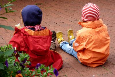 Frühlingsspiele unterstützen Kinder darin, die Jahreszeit mit allen Sinnen zu entdecken.