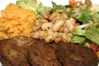 Sojaschnitzel und Salat schmecken vegetarischen Diätlern.