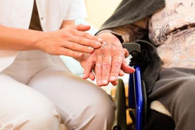 Pflege- und Betreuungskräfte legal anstellen
