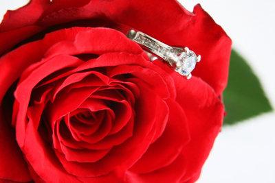 Auch rote Rosen passen zur Dekoration einer Silberhochzeit.