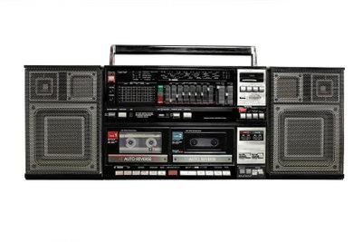 Auch Kassettenrekorder gehören zur 80er-Partydekoration.