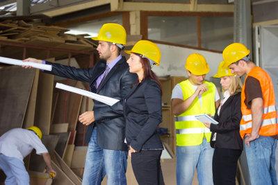 Bautechniker überwachen die Arbeit auf Baustellen.