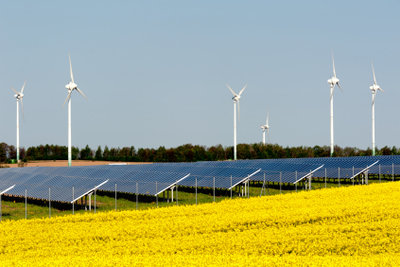 Sonnen- und Windkraft sind Möglichkeiten, um alternative Energien zu nutzen.