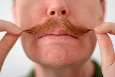 Ein künstlicher Schnurrbart macht die Verkleidung perfekt.
