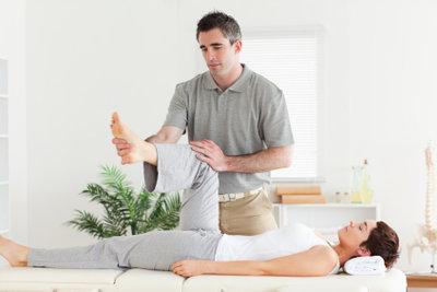 Physiotherapie kann bei einer Leistenzerrung helfen.
