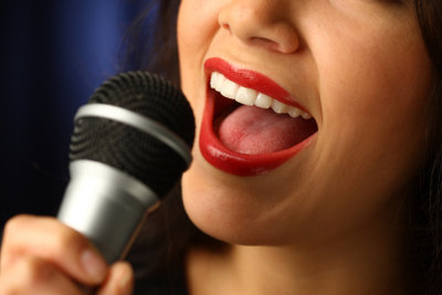 Vor dem Mikrofon braucht man eine starke Bauch- und Kopfstimme.