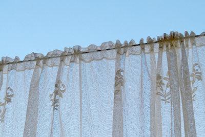 Solche zarten Stores halten Gardinenstangen ohne Bohren mühelos.