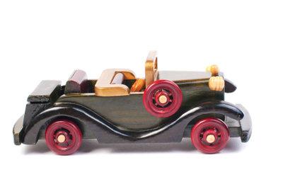 Das selbst gebaute Kettcar aus Holz könnte z. B. eine ähnliche Form und Ausstattung andeuten.