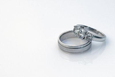 Die Ringgrößen von Frauen unauffällig zu bestimmen erfordert Kreativität.