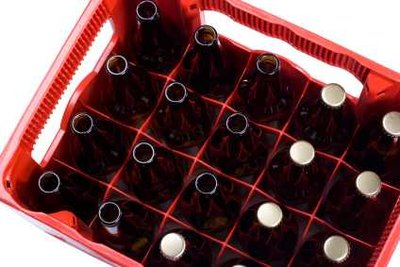 Aus einem Kasten Bier lässt sich ein witziges Utensil für den Vatertag basteln.