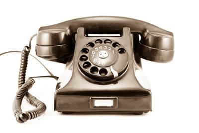 Ein Telefon lässt sich auch an das Stromnetz anschließen.