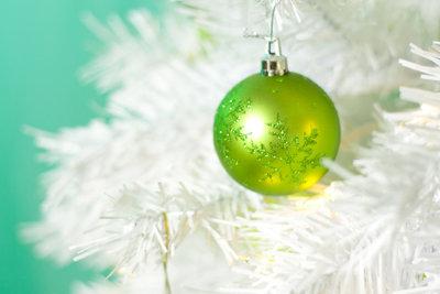 Künstliche Weihnachtsbäume haben sowohl Vor- als auch Nachteile.