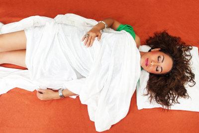 Schlafpositionen können Beschwerden hervorrufen.