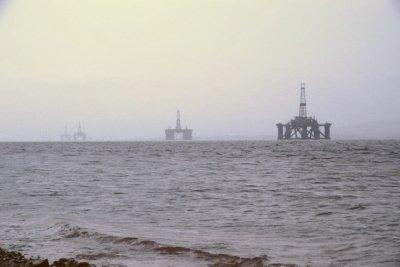Sie können die Umwelt gefährden - Ölbohrplattformen.