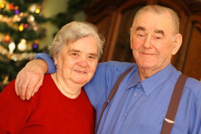 Mit Senioren können Sie an Weihnachtsfeiern lustige Spiele spielen.