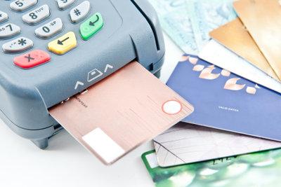 Achten Sie bei der Kreditkarte auf die Gebühren.