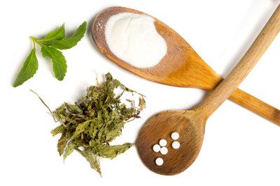 Stevia als Pulver, als Tablette und die Blätter der Pflanze