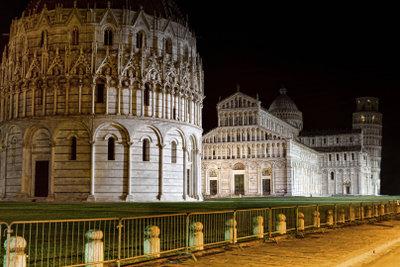 Die schöne Piazza dei Miracoli bei Nacht in Pisa