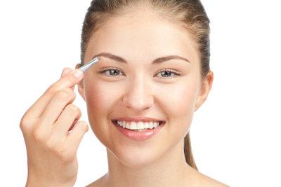Augenbrauen sollten regelmäßig gezupft werden.