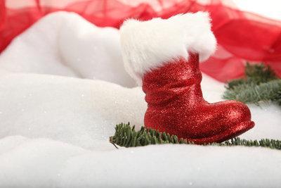 Aus Pappmasche können Sie zum Beispiel einen Nikolaus-Stiefel basteln.