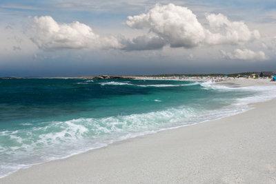 Feiner Sandstrand an der Küste Sardiniens
