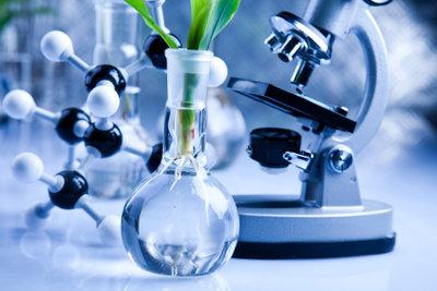 Die Freude an der praktischen Arbeit darf im Chemiestudium nicht fehlen.