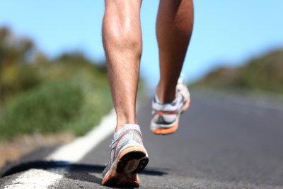 Eine Achillessehnenverkürzung macht starke Beschwerden, dehnen kann helfen.