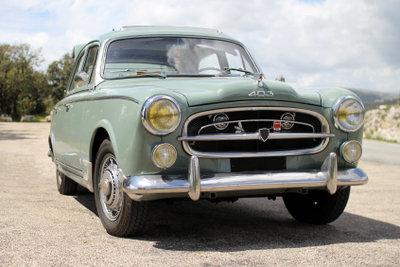 Die Traditionsmarke, hier ein Peugeot 403, gibt es bereits seit über 100 Jahren.