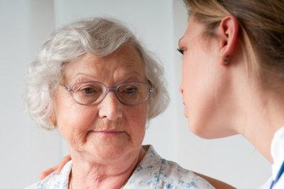 Im Altenheim werden Krankenpfleger immer wichtiger.