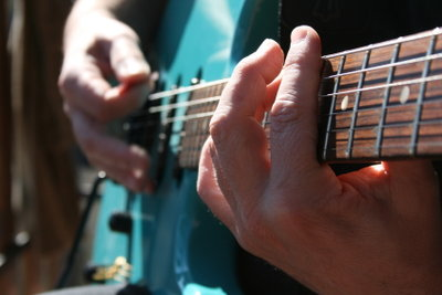 Manchmal ist es schwierig, auf der Gitarre den richtigen Akkord zu finden.