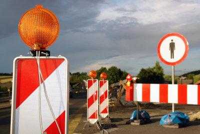 Verkehrszeichen regeln die Straßennutzung.
