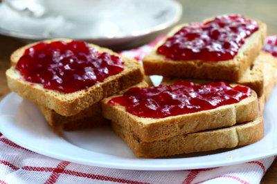 Kirsch-Marmelade schmeckt selbst gemacht am besten.
