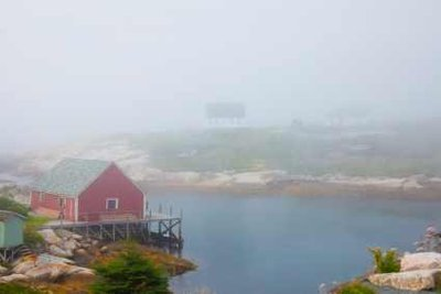 Nebel ist eine große Wolke über dem Erdboden.