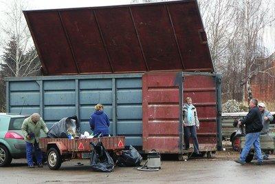 Heizöl-Kanister kommen auf die Mülldeponie.