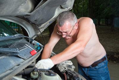 Einen Ölwechsel können Sie mit entsprechendem technischen Wissen allein vornehmen.