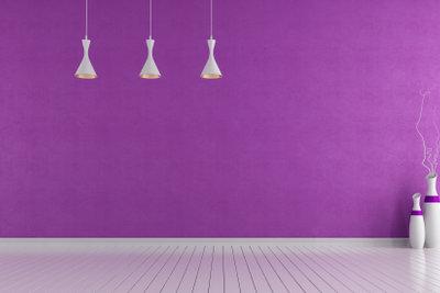 Eine auffällige Wandfarbe kombiniert mit minimalistischen Akzenten
