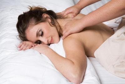 Eine romantische Massage stärkt die Beziehung.